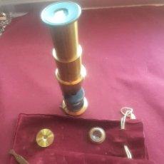 Antigüedades: MICROSCOPIO ANTIGUO DEL SIGLO XIX CON ACCESORIOS. Lote 217911345