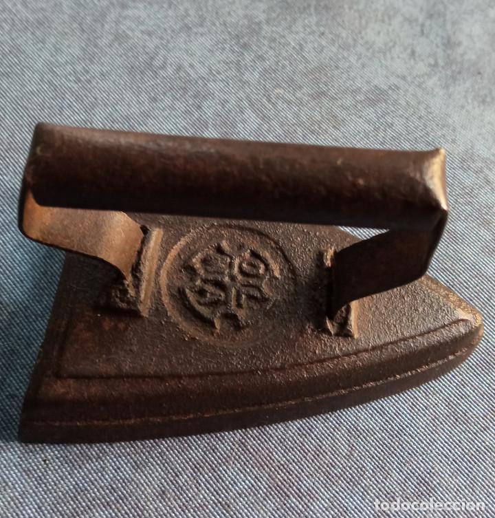 Antigüedades: Pequeña plancha en hierro - Foto 3 - 217918552