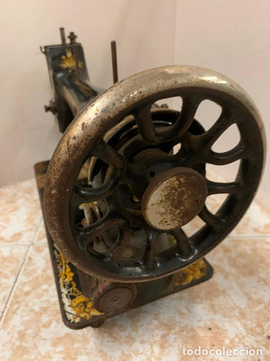 Antigüedades: Antigua maquina de coser SINGER, modelo antiguo. Ideal para decoracion, leer mas... - Foto 6 - 218234150