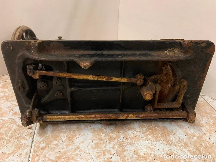 Antigüedades: Antigua maquina de coser SINGER, modelo antiguo. Ideal para decoracion, leer mas... - Foto 9 - 218234150