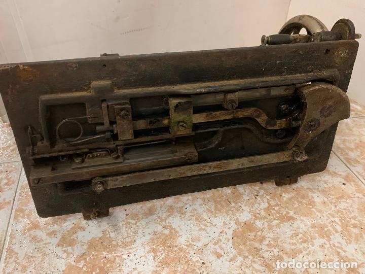 Antigüedades: Antigua maquina de coser WERTHEIM, modelo antiguo, con aplicaciones de nacar, original - Foto 13 - 218235802