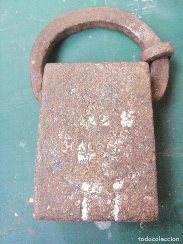 Antigüedades: Pesa de forja catalana de dos libras comunes (peso real 791 gr.) contrastes y marca de peso. S.XVIII - Foto 3 - 218462292