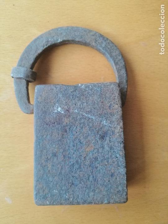 Antigüedades: Pesa de forja catalana de dos libras comunes (peso real 791 gr.) contrastes y marca de peso. S.XVIII - Foto 2 - 218462292