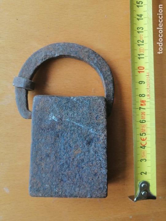 Antigüedades: Pesa de forja catalana de dos libras comunes (peso real 791 gr.) contrastes y marca de peso. S.XVIII - Foto 4 - 218462292