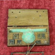 Antigüedades: BALANZA QUILATERA. LATÓN. PONDERALES EN BRONCE. CAJA ORIGINAL. SIGLO XIX.. Lote 218479088
