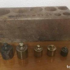Antigüedades: JUEGO DE 6 PESAS MARCA CIMAS, VALENCIA - DE 100 GRAMOS A 1 KILO EN SU EXPOSITOR DE MADERA. Lote 218515901