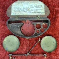 Antiquités: BALANZA QUILATERA. LATÓN. FALTAN LOS PONDERALES. CAJA NO ORIGINAL. 1830.. Lote 218563338