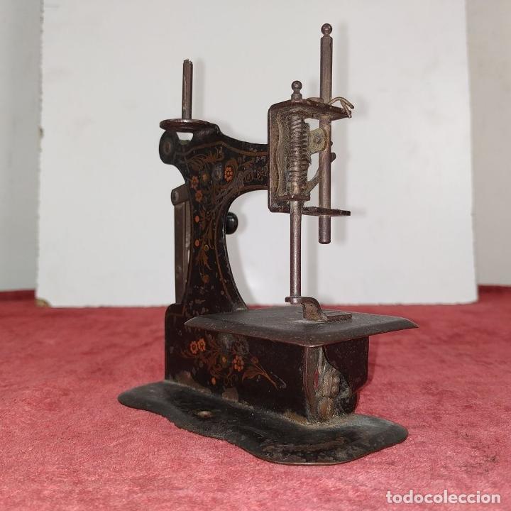 Antigüedades: MÁQUINA DE COSER DE VIAJE. METAL ESMALTADO. ESPAÑA. SIGLO XIX - Foto 3 - 218603737