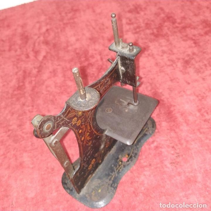Antigüedades: MÁQUINA DE COSER DE VIAJE. METAL ESMALTADO. ESPAÑA. SIGLO XIX - Foto 6 - 218603737