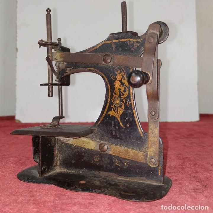 Antigüedades: MÁQUINA DE COSER DE VIAJE. METAL ESMALTADO. ESPAÑA. SIGLO XIX - Foto 7 - 218603737