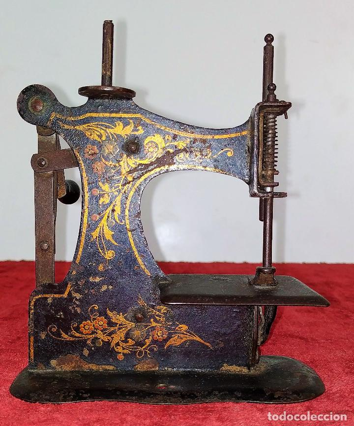 MÁQUINA DE COSER DE VIAJE. METAL ESMALTADO. ESPAÑA. SIGLO XIX (Antigüedades - Técnicas - Máquinas de Coser Antiguas - Otras)
