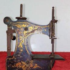 Antigüedades: MÁQUINA DE COSER DE VIAJE. METAL ESMALTADO. ESPAÑA. SIGLO XIX. Lote 218603737