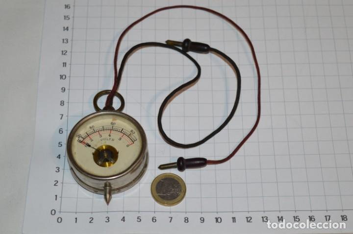 Antigüedades: Antiguo / Pequeño VOLTÍMETRO portátil, niquelado, cables de tela / Años 50/60 ¡Mira fotos, funciona! - Foto 2 - 218729343