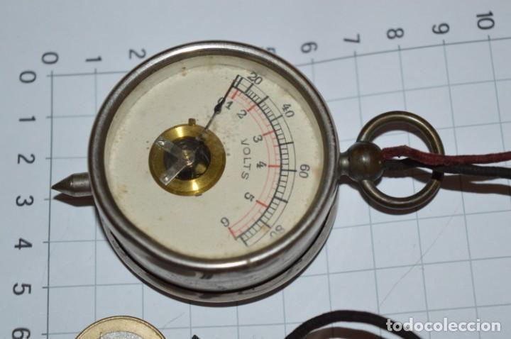 Antigüedades: Antiguo / Pequeño VOLTÍMETRO portátil, niquelado, cables de tela / Años 50/60 ¡Mira fotos, funciona! - Foto 4 - 218729343