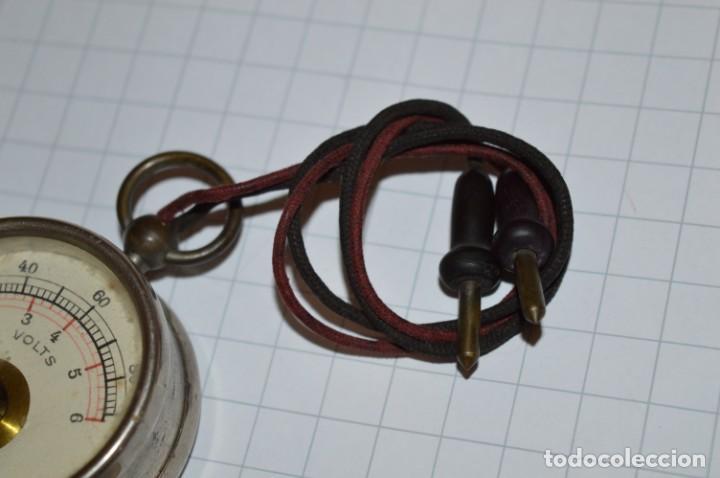 Antigüedades: Antiguo / Pequeño VOLTÍMETRO portátil, niquelado, cables de tela / Años 50/60 ¡Mira fotos, funciona! - Foto 8 - 218729343