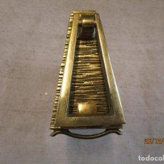 Antigüedades: ANTIGUO LLAMADOR PARA PUERTA EXTERIOR EN BRONCE - APROX 1960 250GR - PLACA BASE 11CM, PULIDO + INFO. Lote 246986475