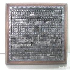 Antiquités: COMPOSICION COMPLETA-LETRAS IMPRENTA ENMARCADAS EN MADERA-MAYUSCULAS MINUSCULAS CARACTERES NIEVE. Lote 218871366
