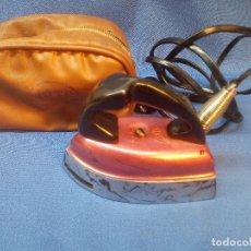Antigüedades: PEQUEÑA PLANCHA JATA DE VIAJE CON SU FUNDA 150/220 VOLTIOS * PERFECTA *. Lote 218913998