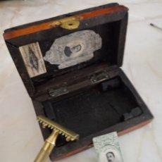 Antigüedades: GILLETTE MADE IN USA EN CAJA DE MADERA Y CON UNA HOJA. Lote 218970913