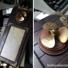 Antigüedades: METOPA MESA CON CARTA NAUTICA Y HELICE BRONCE. Lote 219218188
