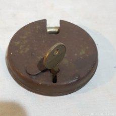 Antigüedades: CANDADO REDONDO-RUE-CON LLAVE HIERRO -9 CM DIAMETRO. Lote 219481376