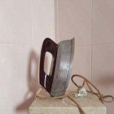 Antigüedades: VIEJA PLANCHA DE VAPOR ELÉCTRICA A LUZ DE 125W POR FAVOR LEER DESCRIPCIÓN. Lote 219527055