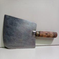 Antigüedades: ANTIGUA HACHA DE CARNICERO GRANDE. MANGO DE MADERA.. Lote 219640017