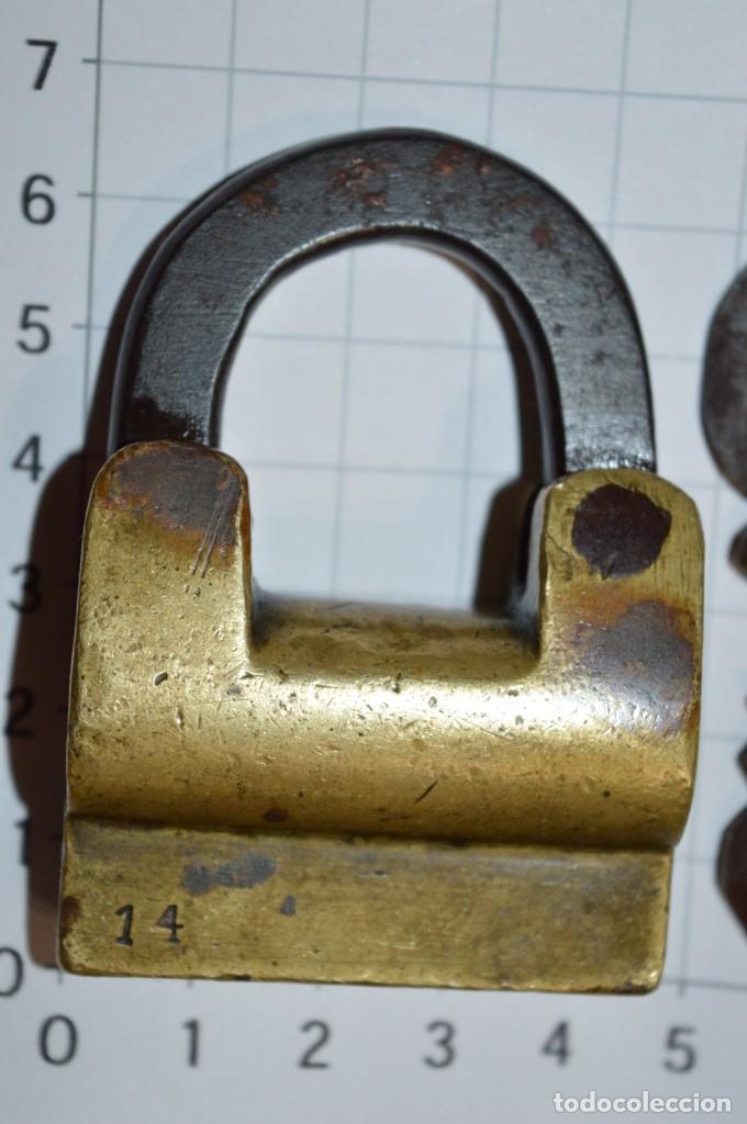 Antigüedades: Antiguo y muy raro CANDADO de latón / hierro, con 2 llaves - VINTAGE ¡Mira fotos y detalles! - Foto 2 - 220004741