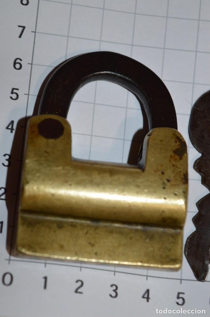 Antigüedades: Antiguo y muy raro CANDADO de latón / hierro, con 2 llaves - VINTAGE ¡Mira fotos y detalles! - Foto 3 - 220004741