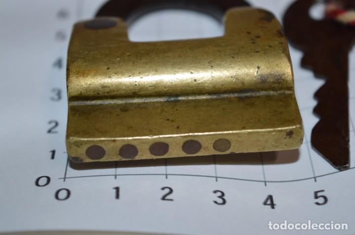 Antigüedades: Antiguo y muy raro CANDADO de latón / hierro, con 2 llaves - VINTAGE ¡Mira fotos y detalles! - Foto 4 - 220004741