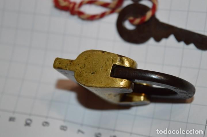 Antigüedades: Antiguo y muy raro CANDADO de latón / hierro, con 2 llaves - VINTAGE ¡Mira fotos y detalles! - Foto 5 - 220004741