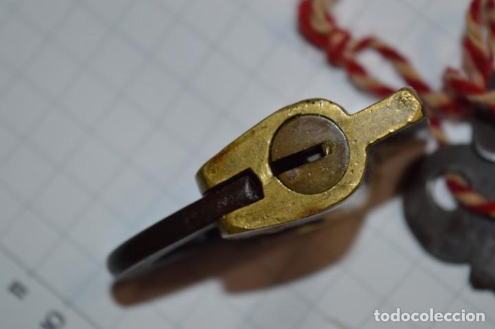 Antigüedades: Antiguo y muy raro CANDADO de latón / hierro, con 2 llaves - VINTAGE ¡Mira fotos y detalles! - Foto 6 - 220004741
