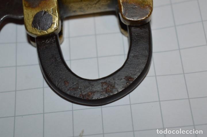Antigüedades: Antiguo y muy raro CANDADO de latón / hierro, con 2 llaves - VINTAGE ¡Mira fotos y detalles! - Foto 7 - 220004741