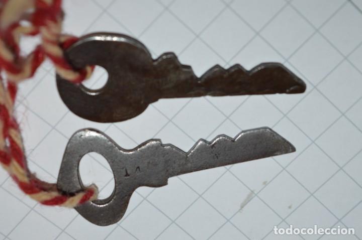 Antigüedades: Antiguo y muy raro CANDADO de latón / hierro, con 2 llaves - VINTAGE ¡Mira fotos y detalles! - Foto 9 - 220004741