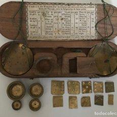 Antigüedades: BALANZA PORTÁTIL CON SU PESAS PARA MONEDAS DE ORO Y PLATA. FINALES DEL SIGLO XIX. Lote 220060055