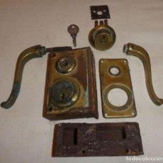 Antigüedades: CERRADURA JYS CON MANILLAS DE BRONCE. Lote 220415348