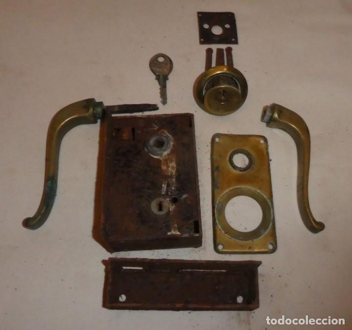 Antigüedades: CERRADURA JYS CON MANILLAS DE BRONCE - Foto 2 - 220415348