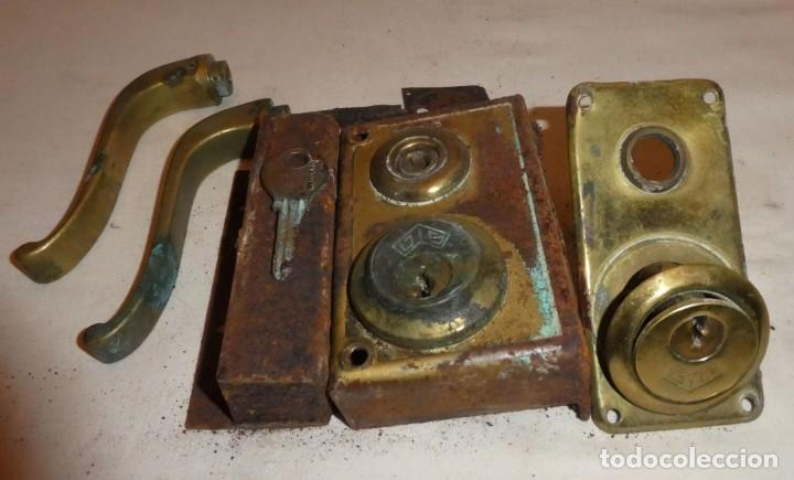 Antigüedades: CERRADURA JYS CON MANILLAS DE BRONCE - Foto 3 - 220415348