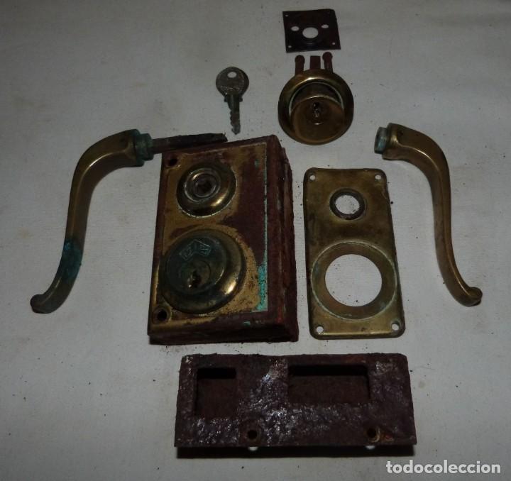 Antigüedades: CERRADURA JYS CON MANILLAS DE BRONCE - Foto 4 - 220415348