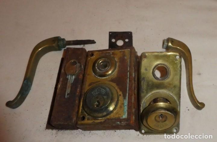 Antigüedades: CERRADURA JYS CON MANILLAS DE BRONCE - Foto 5 - 220415348