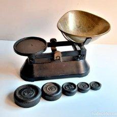 Antiquités: BASCULA O BALANZA CON PESOS - 27.CM LARGO X 17.CM ALTO APROX USO MUY SUAVE Y PRECISA. Lote 220523242