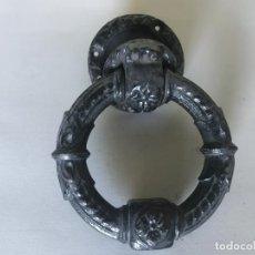 Antigüedades: ALDABA DE PUERTA FRANCESA DE HIERRO DE FINALES DEL SIGLO XIX.. Lote 220821757