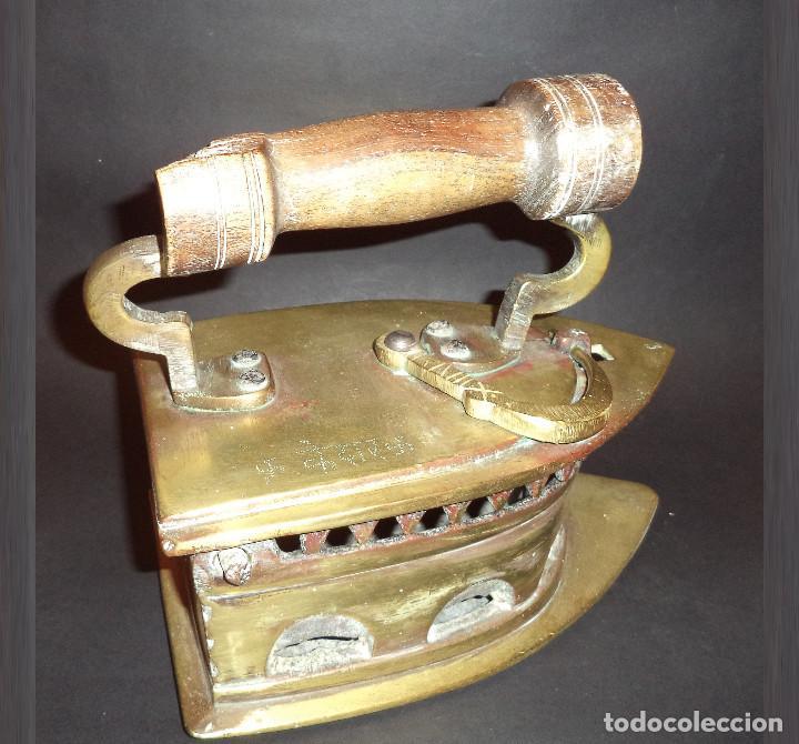 ANTIGA E GRANDE PLANCHA A CARBON COM CURIOSA INSCRIÇÃO (Antigüedades - Técnicas - Planchas Antiguas - Carbón)