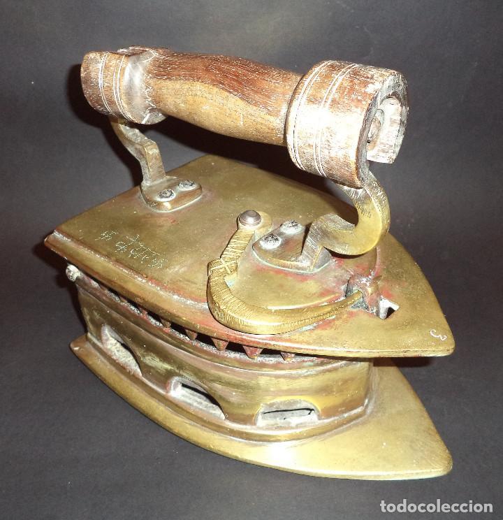 Antigüedades: Antiga e Grande Plancha a carbon com curiosa inscrição - Foto 2 - 220923751