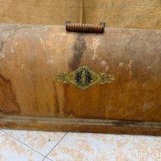Antigüedades: SINGER - ANTIGUA TAPA DE MAQUINA DE COSER. MIDE APROX 51X26CMS. Lote 220930401