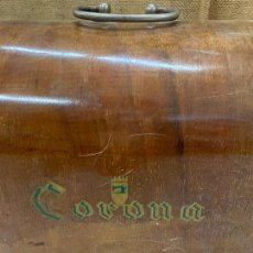 Antigüedades: CORONA- ANTIGUA TAPA DE MAQUINA DE COSER. MIDE APROX 49X23,5CMS. Lote 220931641