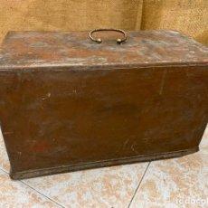 Antigüedades: SIN MARCA - ANTIGUA TAPA DE MAQUINA DE COSER.. Lote 220936468