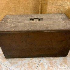 Antigüedades: SIN MARCA - ANTIGUA TAPA DE MAQUINA DE COSER.. Lote 220940010