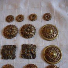 Antigüedades: LOTE DE TRECE APLICACIONES EN BRONCE PARA MUEBLES. Lote 220975106