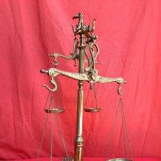 Antigüedades: BALANZA GRANDE DOBLE DE BRONCE TODA LABRADA. Lote 221003116